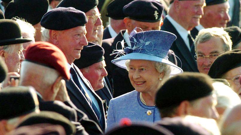Elizabeth II s'entretient avec des vétérans, à Arromanches, le 6juin 2004, lors de la célébration du 60e anniversaire du Débarquement en Normandie.