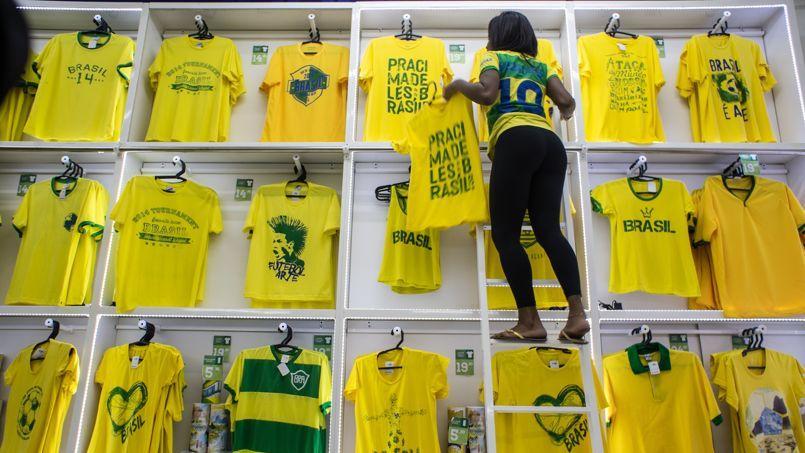Une vendeuse met en ordre sa boutique à Rio de Janeiro. La marque a produit 40 000 T-shirt pour le Mondial.