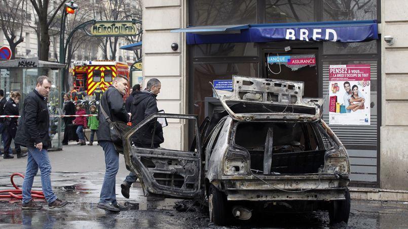 Des policiers procèdent au premières constatations après une attaque à la voiture bélier contre une agence bancaire dans le XIe arrondissement parisien, en mars 2012.