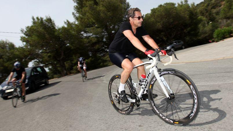 Nicolas Sarkozy fait une sortie à vélo dans la forêt des Maures, au Lavandou, le 7 juillet 2014.