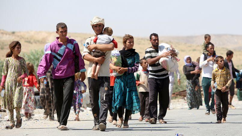 Des réfugiés yazidis chassés par les combats à la frontière irako-syrienne, lundi.
