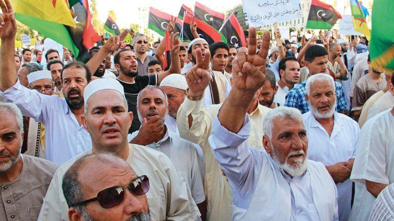 Manifestation vendredi dernier,place des Martyrs à Tripoli, de supporteurs de Fajr Libya faisant le V de la victoire en signe de soutien à la coalition de groupes conservateurs qui tient Tripoli depuis la finaoût.