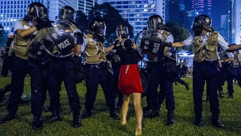 Une jeune militante du mouvement pro-démocrate s'oppose aux forces de l'ordre hongkongaises, le 28 septembre dans le centre de Hongkong.