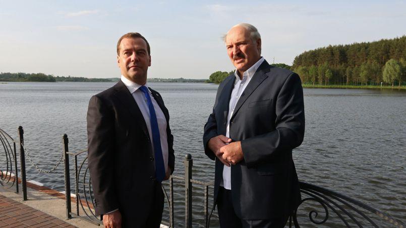 Alexandre Loukachenko (à droite) lors d'une rencontre avec le premier ministre russe Dmitry Medvedev, dans la résidence d'État, en Biélorussie, le 31 mai 2013.