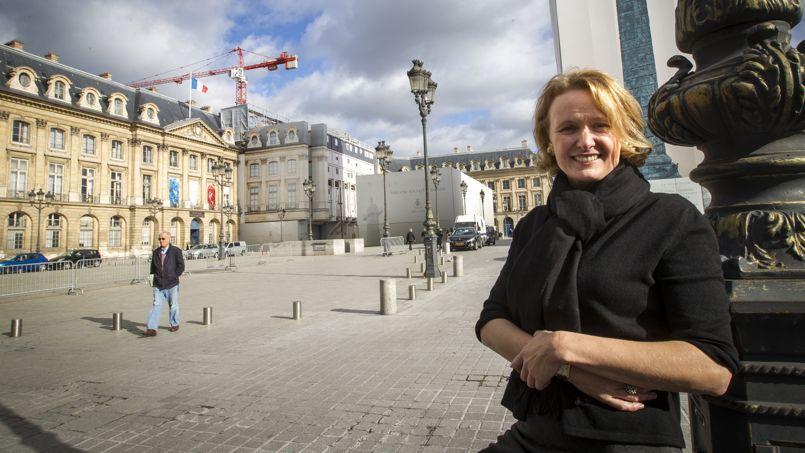 Tilar Mazzeo devant le célèbre palace parisien.