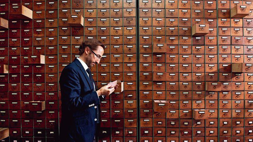 Le généalogiste Guillaume Roehrig, PDG de Coutot-Roehrig, l'un des plus gros cabinets de recherche d'héritiers sollicité par des notaires, consulte le fichier de tous les électeurs parisiens de 1912