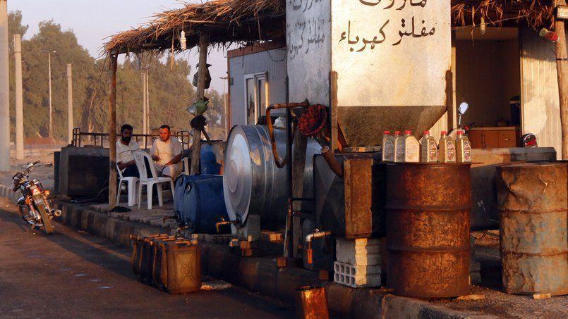 Une station-service à Raqqa, ville syrienne tenue par l'État islamique, fin septembre. L'extraction du pétrole irakien et syrien rapporterait un million de dollars par jour à l'organisation, selon les États-Unis.