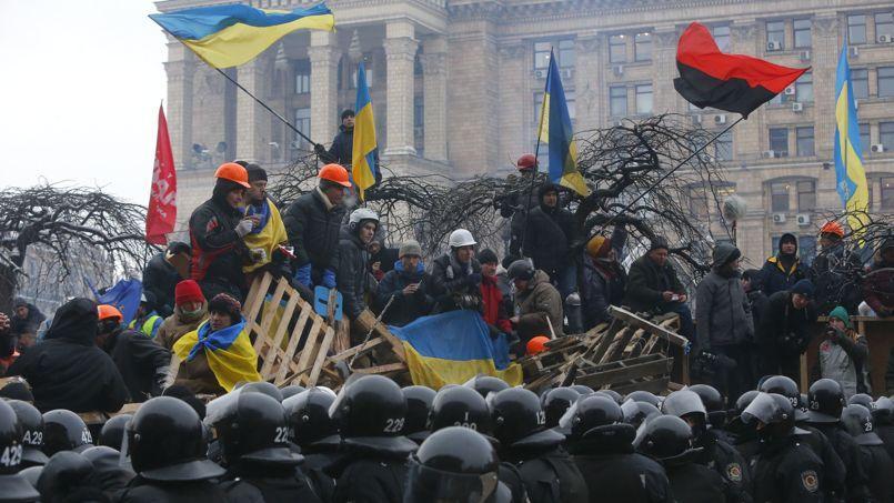 Le 21 novembre 2013, les activistes pro-européens tiennent le siège de Maïdan, bravant l'autorité du président Ianoukovitch. Le 11 décembre, les forces de l'ordre tentent de les déloger de leur barricade, sans succès.