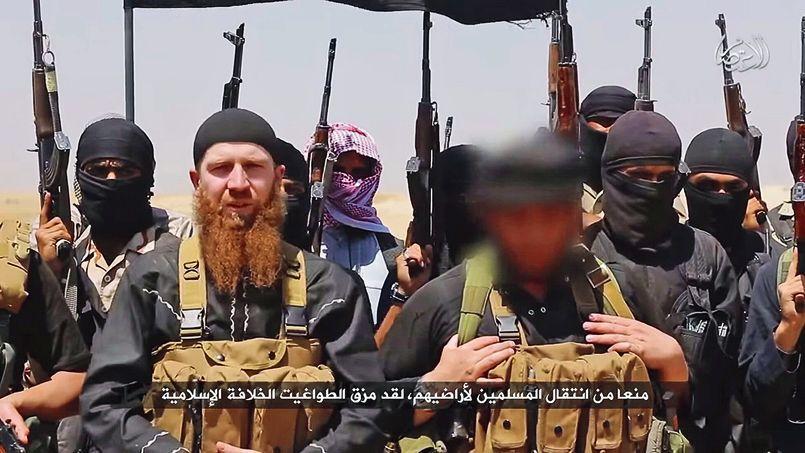 Le Tchétchène Tarkhan Batirachvili en compagnie de membres de Daech, sur une image diffusée par un site djihadiste, en juin.