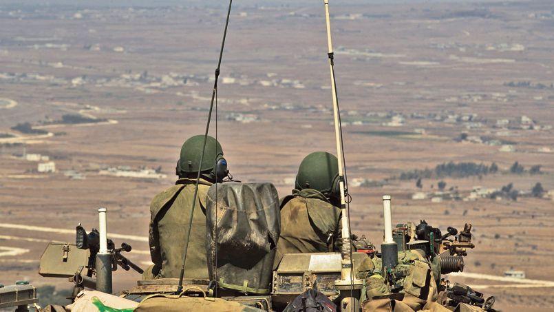 Depuis le plateau du Golan, début septembre, des soldats israéliens surveillent la frontière syrienne à proximité du village frontalier de Quneitra.