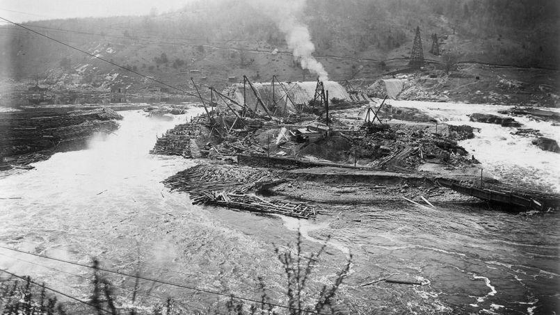 La construction, par lesÉtats-Unis, du barrage Gatun, sur la rivière Chagres, au Panama, vers 1910. Cette retenue d'eau est essentielle àlanavigation sur le canal. Les États-uniens terminèrent les travaux entrepris parFerdinand de Lesseps.