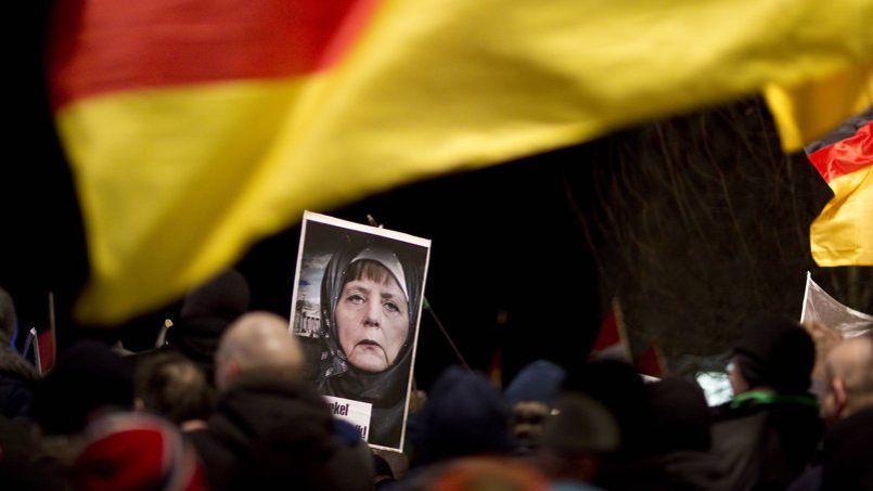 Représentée voilée lors des manifestations à Dresde, le 12 janvier, la chancelière allemande Angela Merkel s'est installée dans une opposition totale au mouvement Pegida.