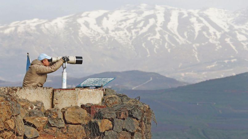 Un membre de la Force des Nations unies chargée d'observer le désengagement (FNUOD) sur le mont Bental, sur le plateau du Golan, mercredi. Créée en 1974, la FNUOD contrôle l'application du cessez-le-feu entre Israël et la Syrie après la guerre du Kippour, en 1973.