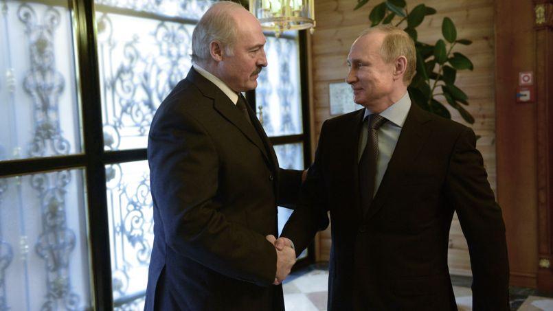 Les présidents biélorusse et russe, Alexandre Loukachenko <i>(à gauche)</i> et Vladimir Poutine, à Sotchi, en Russie, dimanche.