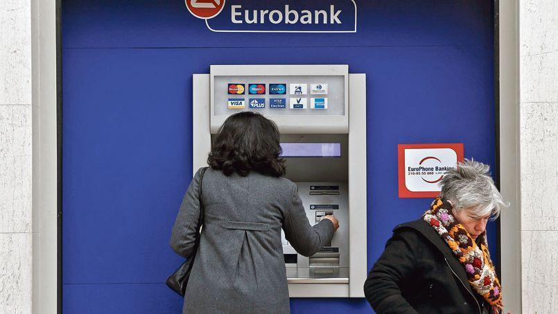 Les files d'attente s'agrandissent devant les distributeurs de billets en Grèce.
