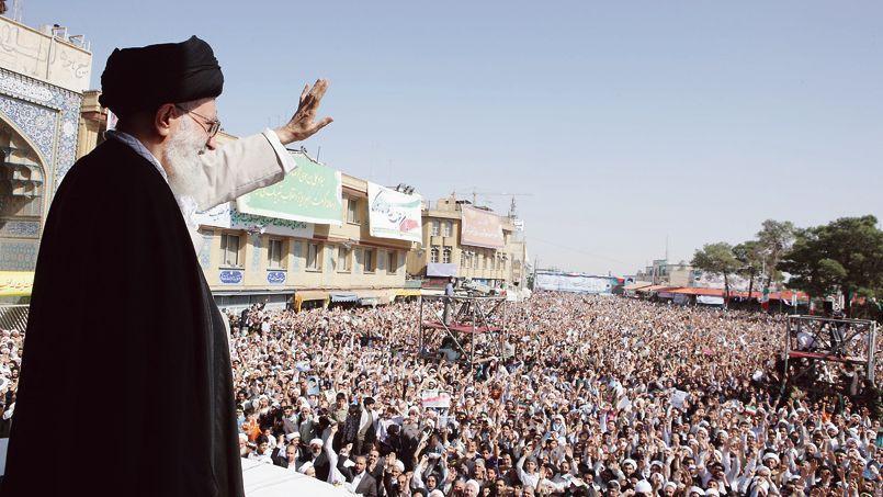 Ali Khamenei, le guide de la révolution islamique, salue la foule réunie dans la ville sainte de Qom, en octobre 2010.