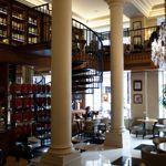 À l'hôtel Scribe on profite du salon-bibliothèque déserté après le déjeuner.