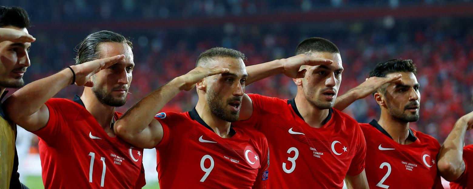 http://i.f1g.fr/media/ext/1560x624_crop/sport24.lefigaro.fr/var/plain_site/storage/images/scan-sport/actualites/l-uefa-va-examiner-le-salut-militaire-des-joueurs-turcs-977563/26392120-1-fre-FR/L-UEFA-va-examiner-le-salut-militaire-des-joueurs-turcs.jpg