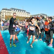 Cette jeune femme s'élance pour son relais de 5 kilomètres à travers Paris