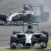 Rosberg se rate, Hamilton en profite