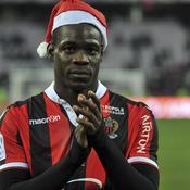 Mario Balotelli joue au Père Noël