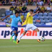 Luiz Gustavo face à Robin van Persie