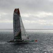 13h55'53'', Groupama 3 franchit la ligne de départ du Trophée Jules Verne devant le phare de Créac'h d'Ouessant