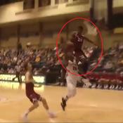Un jeune basketteur se prend le panneau en pleine tête sur un contre