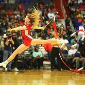 Cheerleader du club polonais de Gdynia lors de Washington-Sacramento