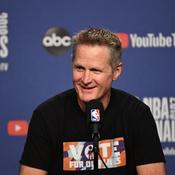 NBA : l'entraîneur de Golden State s'affiche avec un t-shirt anti-armes à feu