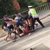 Incontrôlable, un coureur chinois frappe des mécanos… avec une pompe