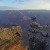 Le numéro d'équilibriste d'un cycliste au-dessus du Grand Canyon