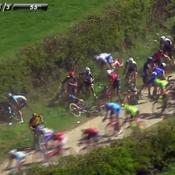 Paris-Roubaix : grosse chute collective du peloton sur les pavés