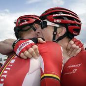 Andre Greipel célèbre avec Marcel Sieberg sa victoire à l'étape 2 de la 102e édition du Tour de France.