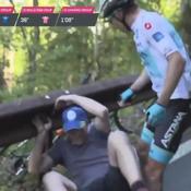 Giro : un coureur frappe à terre un spectateur qui a provoqué sa chute