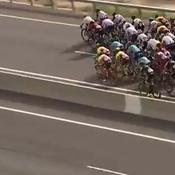 L'image amusante d'un tandem roulant à côté du peloton sur le Giro
