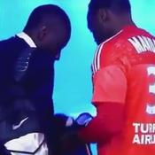 Quand Mandanda récupère un maillot du PSG en cachette