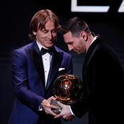 Messi reçoit le Ballon d'Or des mains de Modric.