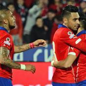 Alexis Sanchez célèbre son but avec Arturo Vidal et Gonzalo Jara