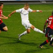 Mathieu Debuchy et Rio Mavuba (Lille) face à Karim Benzema (Lyon)