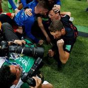 Un photographe écrasé par les joueurs croates heureux après leur but
