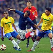 Malouda pris en sandwich entre Thiago Silva et Andre Santos