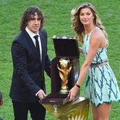Puyol remet le trophée