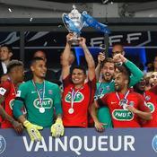 Le trophée dans les mains des Parisiens