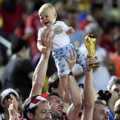 Un bébé tenu par les supporters des Etats-Unis