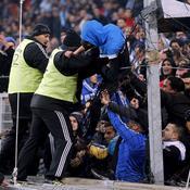 Des stadiers repoussent les supporters