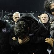 Oscar Garcia touché par un rouleau de papier toilette, l'Olympiakos quitte le stade