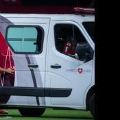Une ambulance tombe en panne sur la pelouse, les joueurs la poussent