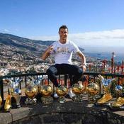 Ronaldo pose fièrement avec ses trophées individuels