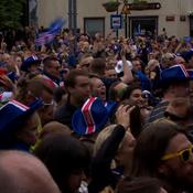 Le pur bonheur des supporters Islandais devant le match de la Hongrie
